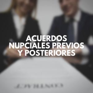 Acuerdos nupciales previos y posteriores con pareja firmando contrato